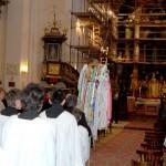 Feltámadási menet 2011 – Nyitra – szentmise – Bevonulás a feltámadási jelvénnyel (foto: Maga Ferenc)