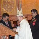 Szent László emlékmise 2011 – Nyitra – kitüntetések – Dr. Márfi érsek atya nyújtja át a Szt. László emlékkeresztet Maga Ferencnek (foto: Balkó Gábor)