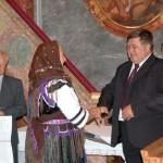 Szent László emlékmise 2011 – Nyitra – kitüntetések – Maga Ferenc gratulál Brath Margitnak (foto: Balkó Gábor)