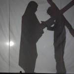 Keresztút Márk atya és a bérmálkozók árnyékszínháza előadásában – Keresztút Márk atya és a bérmálkozók árnyékszínháza előadásában<br>Zoboralja, Zobor-vidék, Nyitra-vidék, Kolon, keresztút, árnyékszínház (foto: Balkó Gábor)