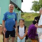 Mankós tábor Kolonban – péntek reggel – A nagyapa elhozta az unokáit<br>Kolon, Zoboralja, Zobor-vidék, Nyitra-vidék, Márk atya, egyházi tábor, Mankós tábor (foto: Balkó Gábor)