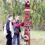Kopjafaavatás az Aradi vértanúk emlékére – Kopjafakészítők balról Peter Fiala és Ifj. Balkó György (foto: Balkó György)