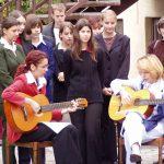 Kopjafaavatás az Aradi vértanúk emlékére – A Keresztény Ifjúsági Közösség kórusa, gitár balról Budinszky Csilla és Bencz Andrea, a KIK vezetője (foto: Balkó György)