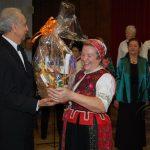 Karácsonyi hangverseny és könyvbemutató – Zsére – 2016. dec. 11. – Matyus Etelka gratulál Simek Viktor karnagynak (foto: Balkó Gábor)