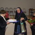 Hálaadó szentmise után – Ahai kultúrház – 2017. jan. 17. – Az Alsóbodoki Hagyományőrző Csoport köszönti Jókai Máriát (foto: Balkó Gábor)