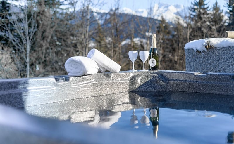 Chalet with hot tub in La Tania