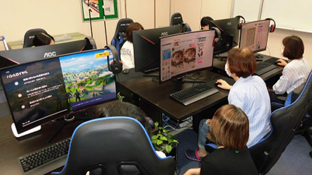 Seniors exploring esports at the center