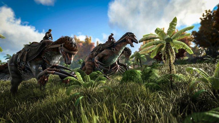 Drei Spieler reiten auf Dinosauriern.