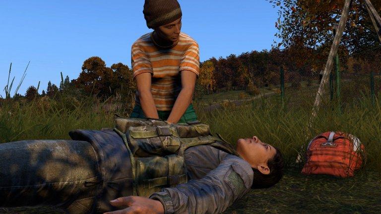 Spieler führt Herzmassage bei einem Mitspieler durch.