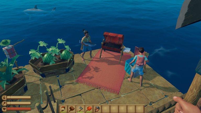 Drei Spieler auf ihrem Floß beobachten Haie im Ozean.