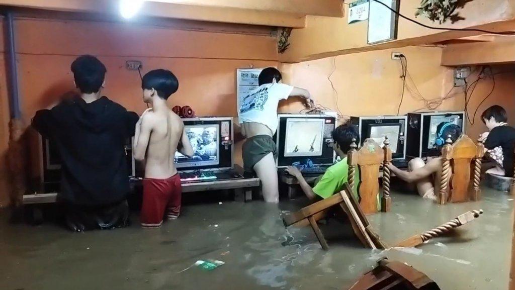 Viralpress Hochwasser Jugendliche Zocken weiter