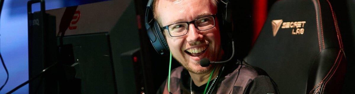 Es läuft für mousesports: chrisJ lacht beim Major in Berlin seine Teamkollegen an. (Foto: StarLadder)