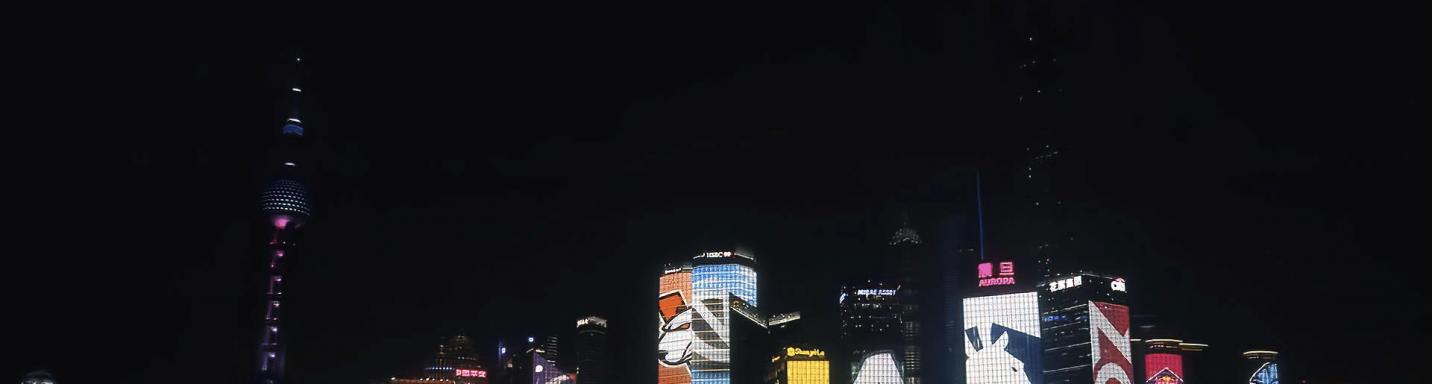 Die Skyline von Shanghai in den Farben der TI-Teams