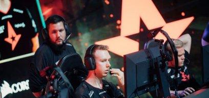 Tonprobleme: Astralis-Kapitän gla1ve spricht im Halbfinale gegen Fnatic ins Mikrofon.
