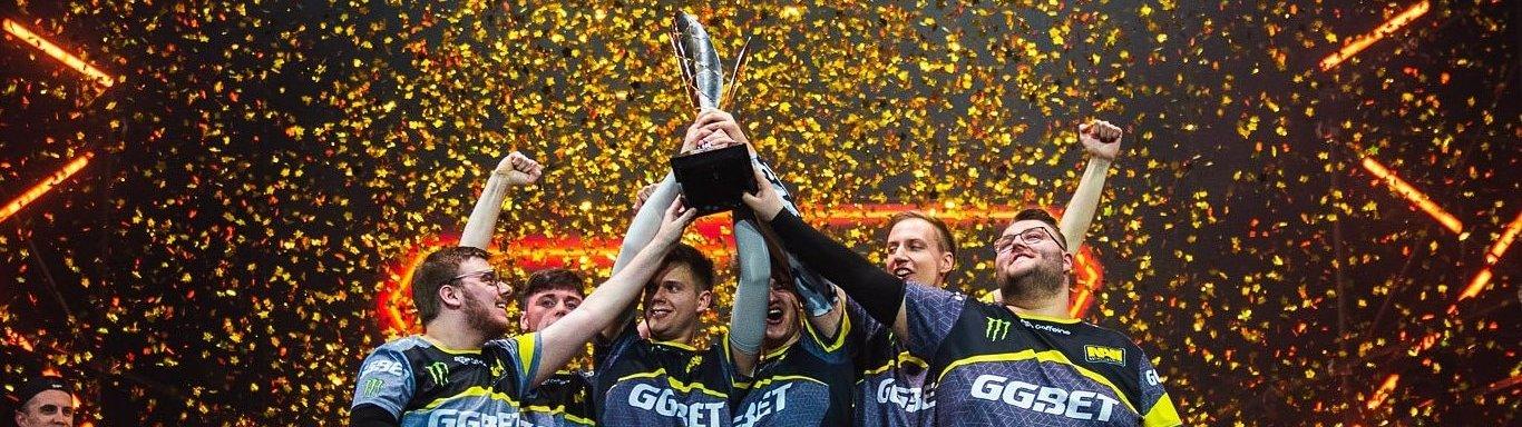 Natus Vincere stemmt im japanischen Tokoname den Pokal in die Höhe. Das Team ist Sieger der ESL Pro League Season 10 Finals. (Fotos: ESL)