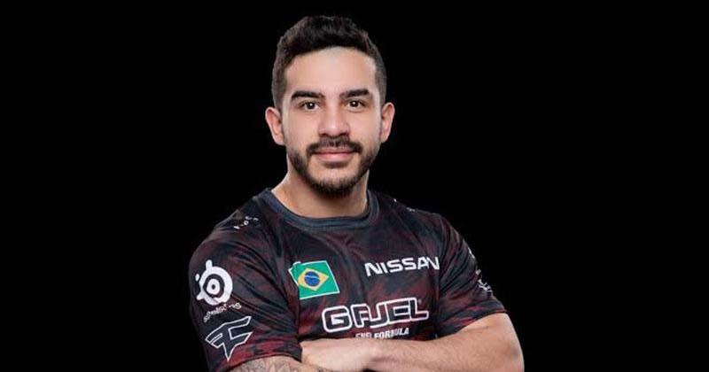 Neues Team: Der brasilianische CS:GO-Star coldzera posiert im Trikot des FaZe Clan.