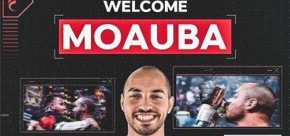 MoAuba präsentiert sich im Dress seines neuen Teams.