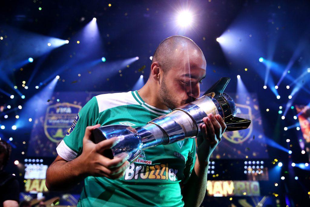 MoAuba küsst den WM-Pokal.