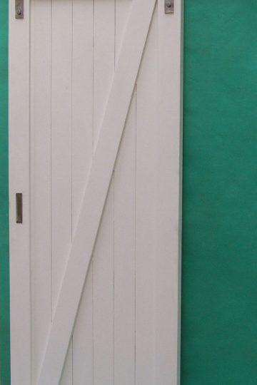 Drzwi przesuwne naścienne białe