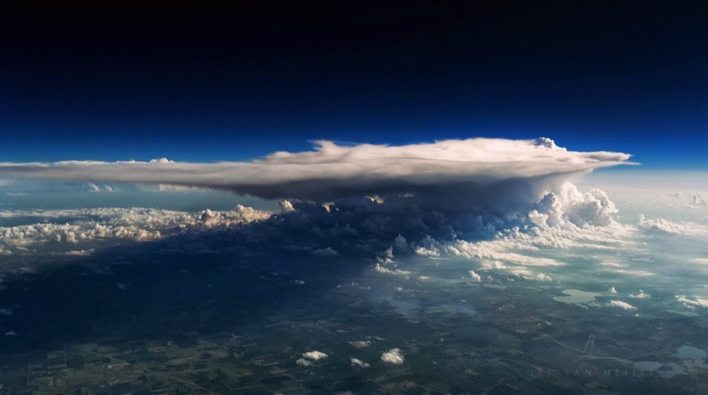 В кабине cамолета над облаками