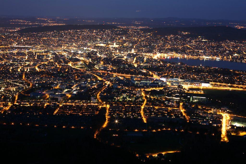 Откройте для себя Цюрих ночью. SkyProduction провели много ночей, исследуя город. Весь фильм состоит только из фотографий.