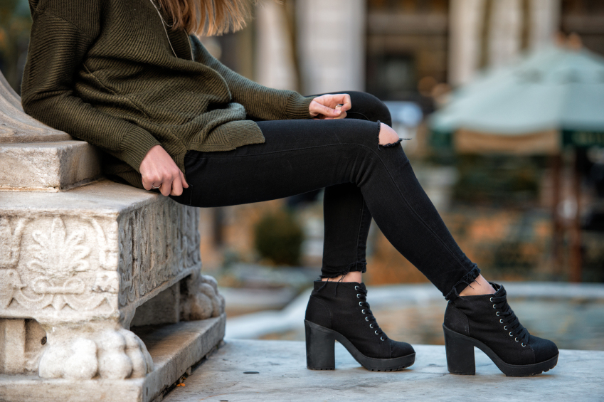 Women fall wear street style with black pants and sweater