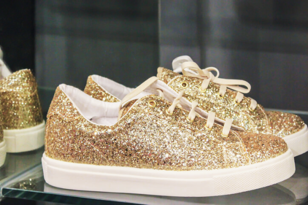 glitter sneakers dorate in vetrina