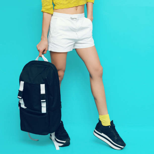 outfit sportivo con sneakers platform nere