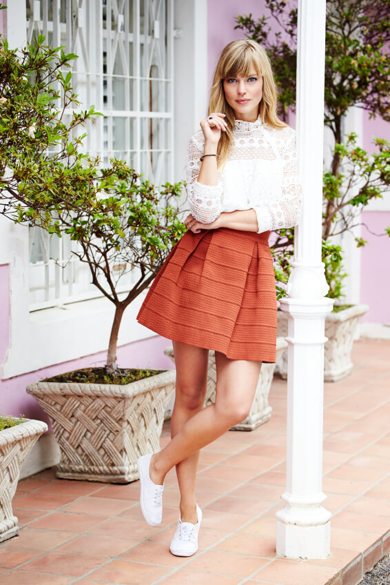 outfit gonna, top e sneakers bianche