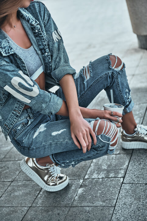 outfit jeans strappati e sneakers argento