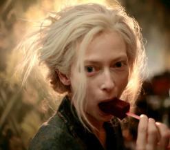 Eve eet een 'ijslolly'