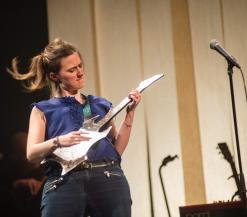 Maud speelt gitaar