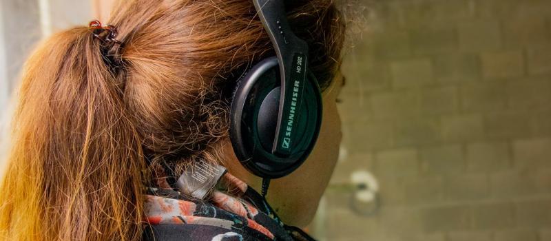 Een bezoeker met de Plaza-audiogids.