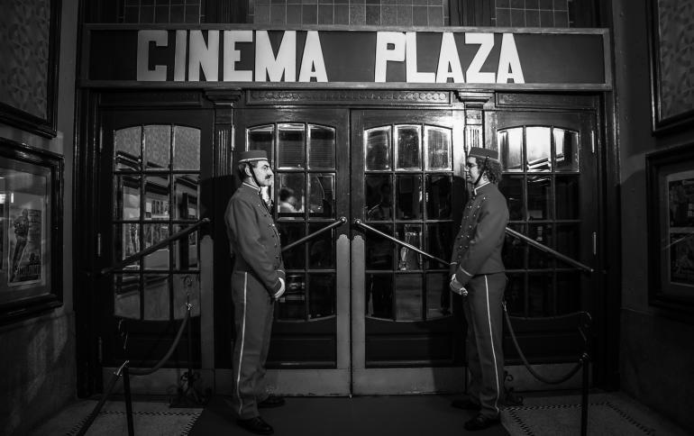 Het ontvangscomite aan Cinema Plaza tijdens Monumentenstrijd