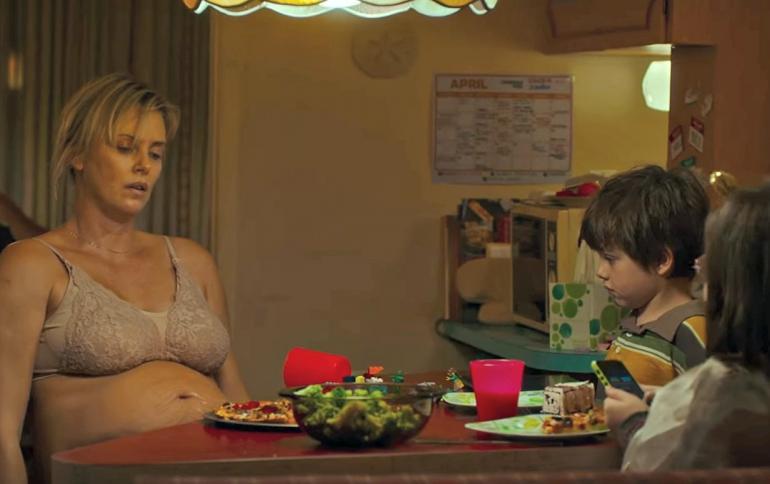 Marlo zit uitgeblust aan tafel met haarkinderen