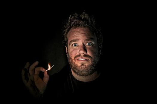 Jens Dendoncker verlicht door het licht van een stekje dat bijna op is.