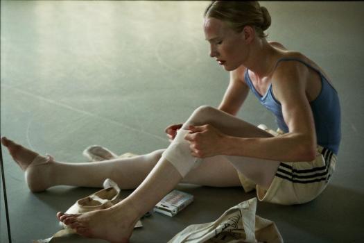 Lara na kleedt zich aan voor de balletles