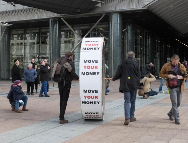 Met move your money op een klimaatactie aan het Europees parlement