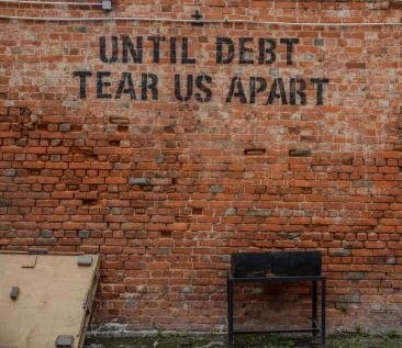 Until debt tear us apart (foto: Daniel Thiele - Unsplash)
