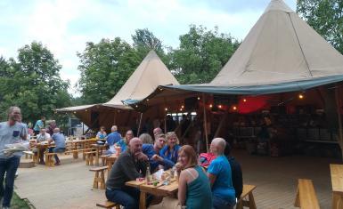 Sfeerbeeld mensen aan picknicktafel Mollekesfest aan Mollekesberg in Herent