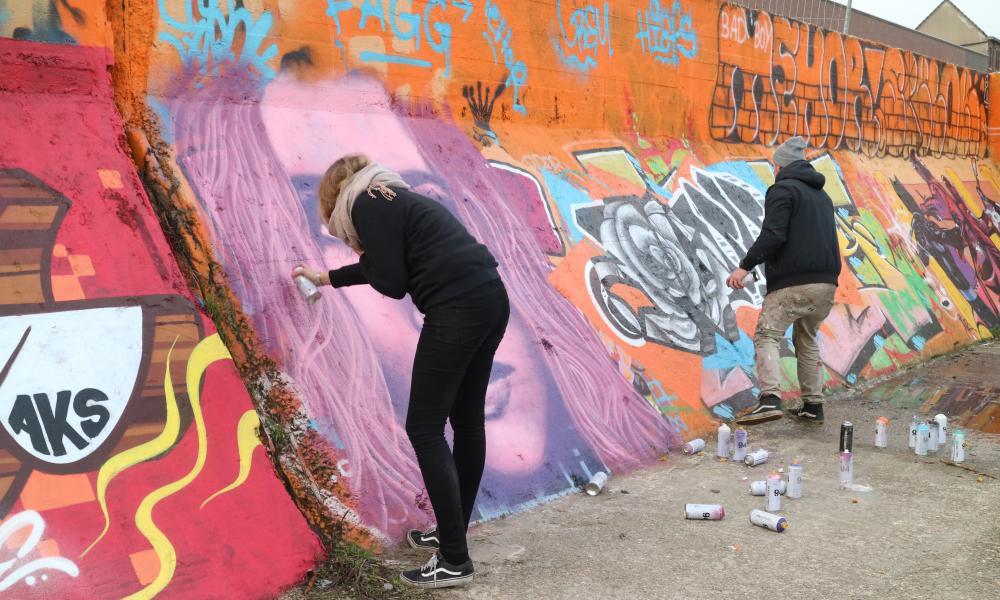 twee deelnemers werken hun masterpiece af