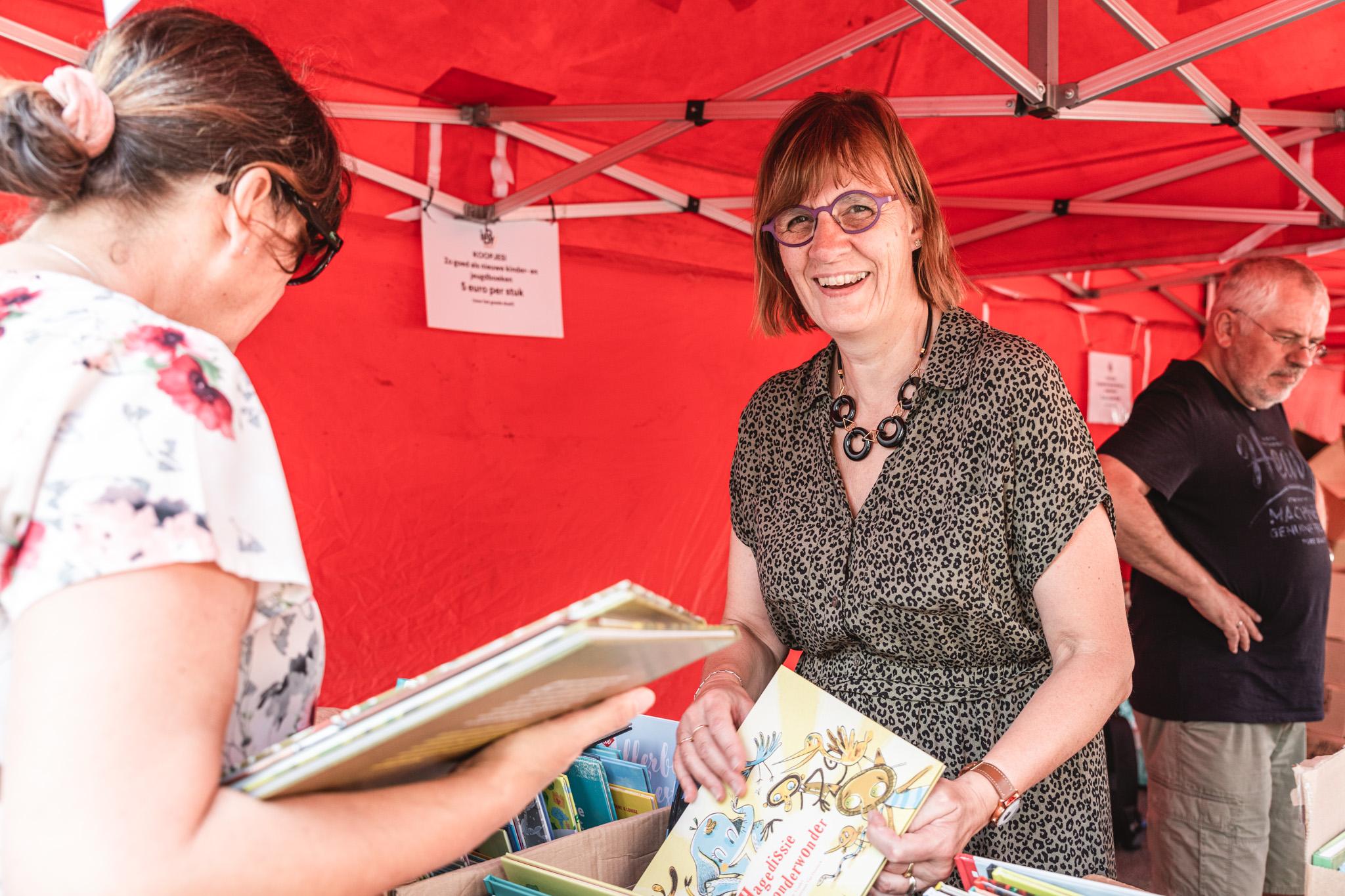 Vrijwilligers bij de boekenverkoop