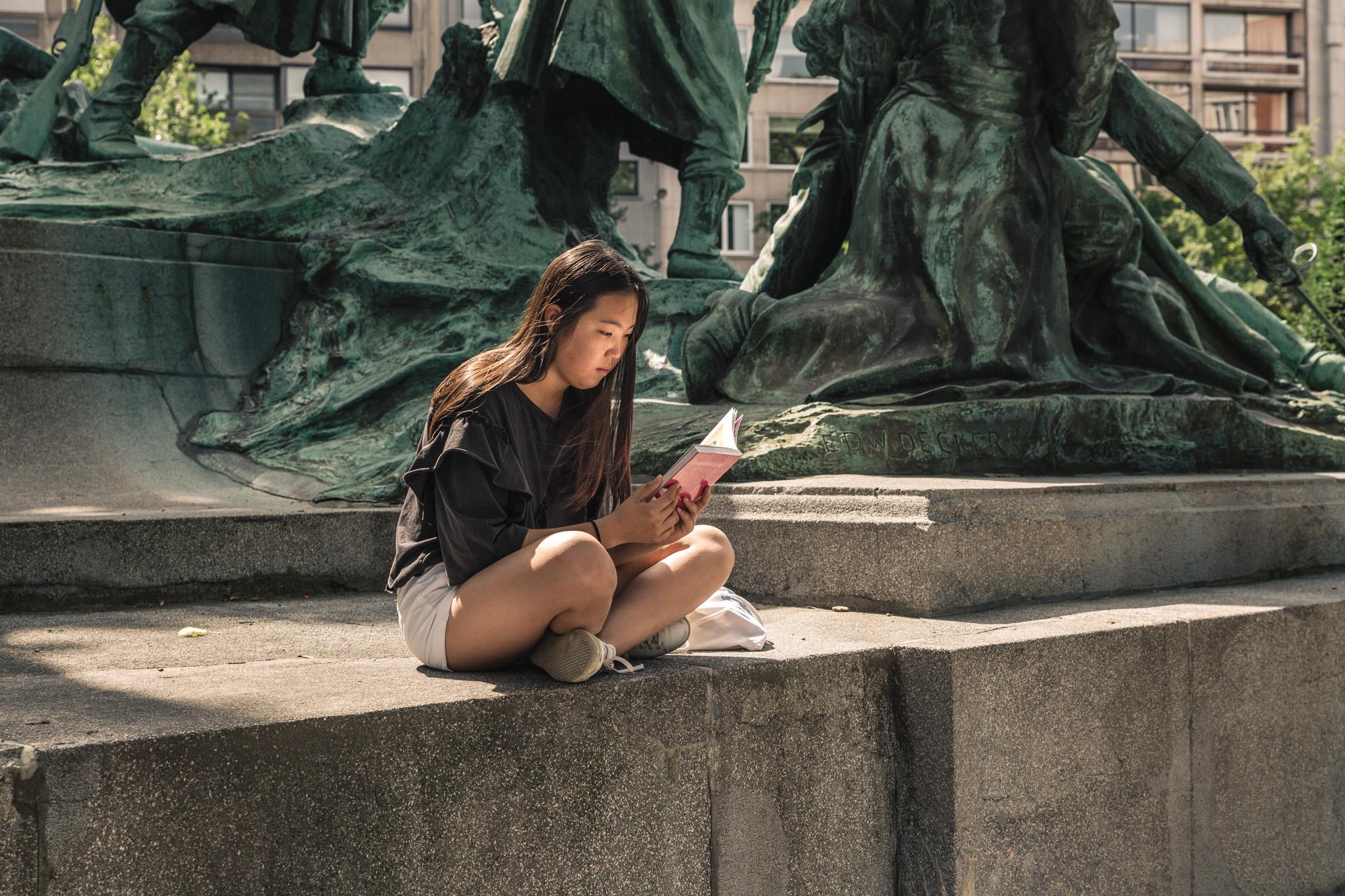 Lezende vrouw in de stad