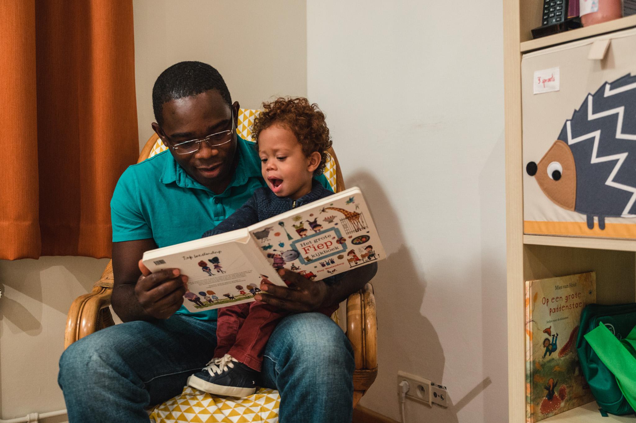 Vader leest voor aan kind