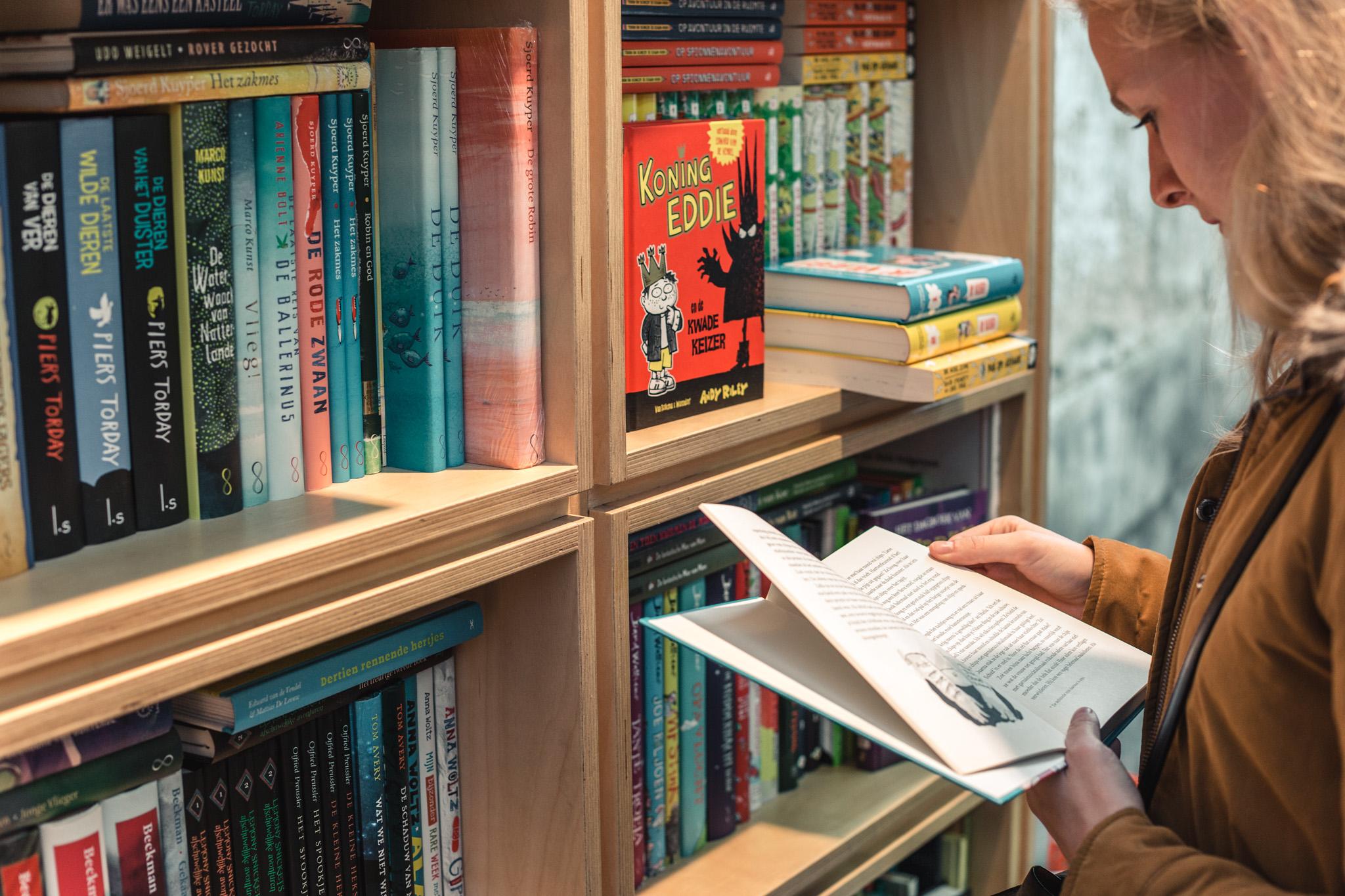 Snuisteren in een rijk gevulde boekenkast