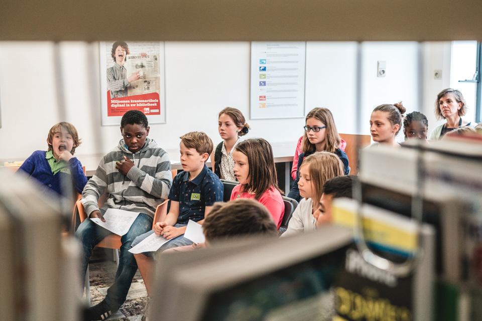 Jongeren tijdens een auteurslezing in de bib