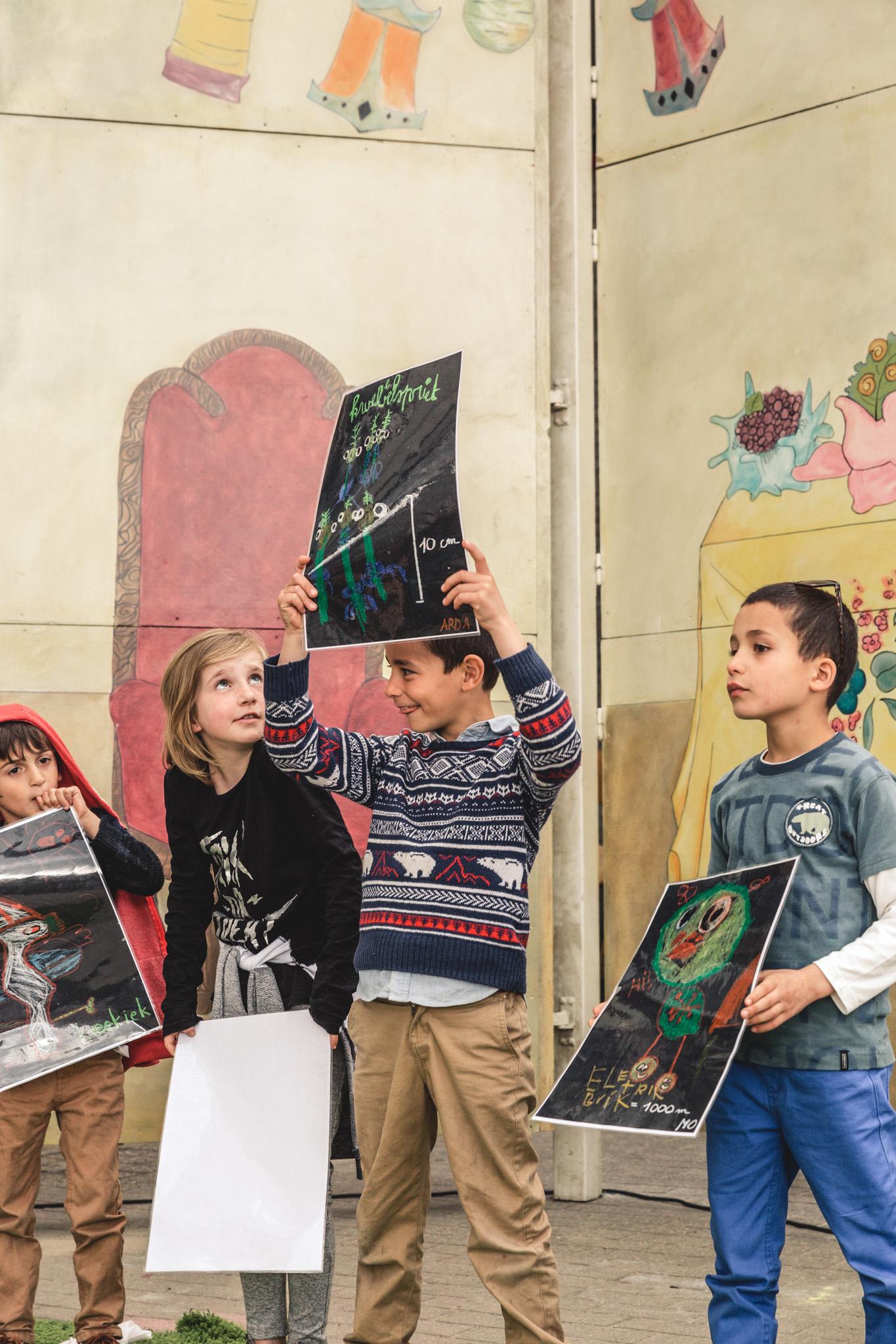 Kinderen raden de covers van boeken tijdens een schoolfeest