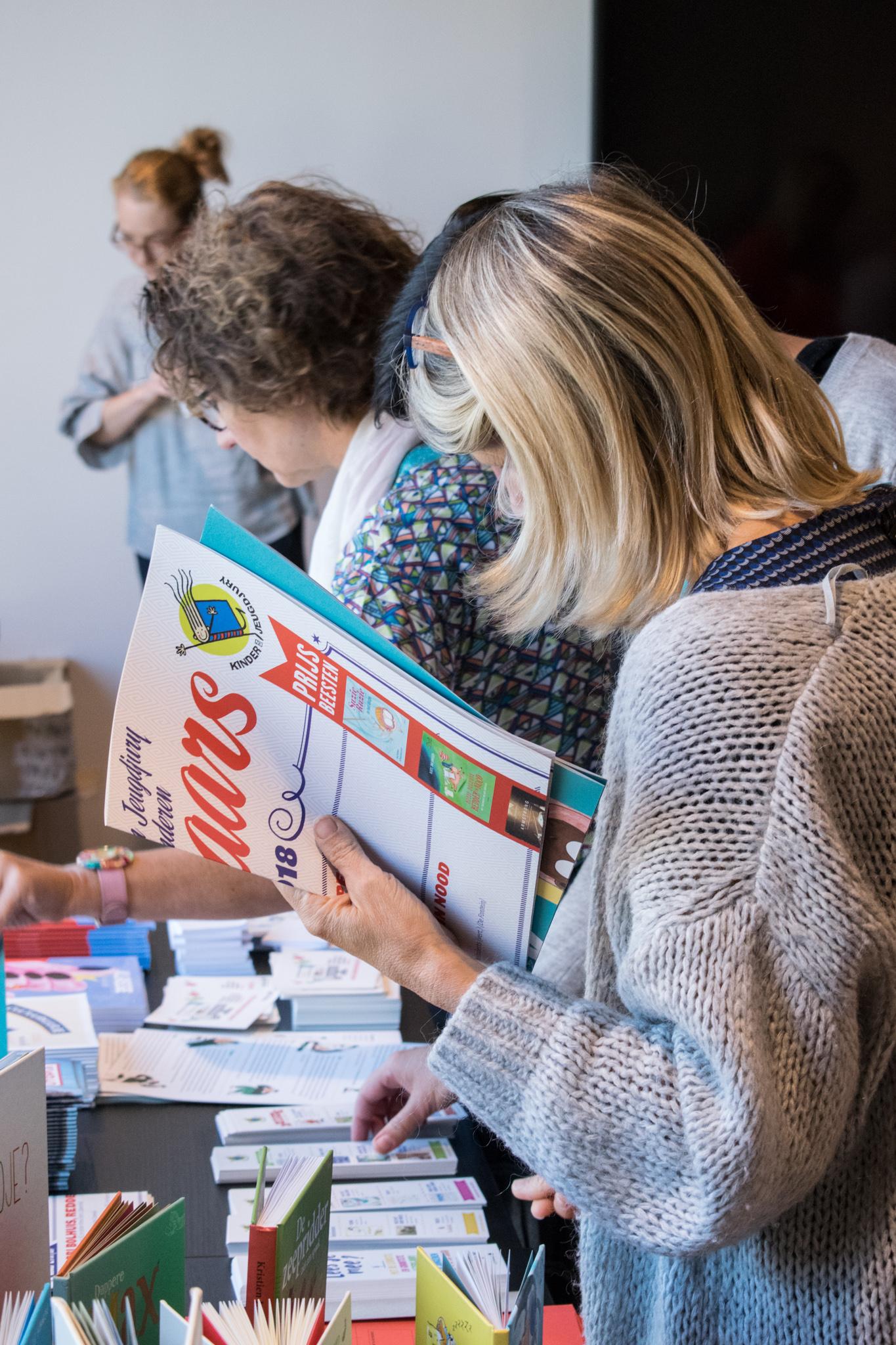 leerkrachten ontdekken promotiematerialen over lezen
