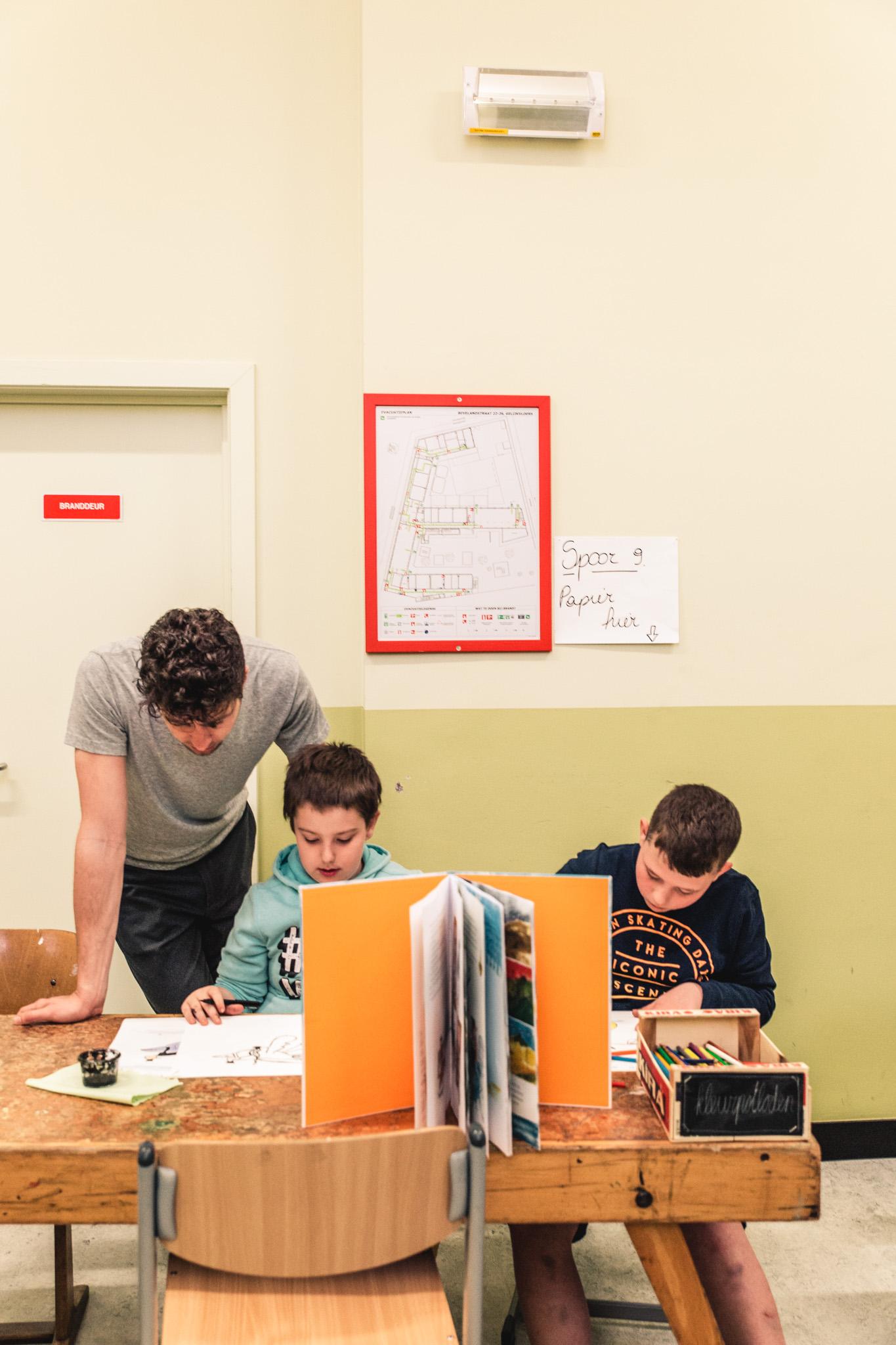 leerlingen laten zich inspireren door illustraties uit een prentenboek