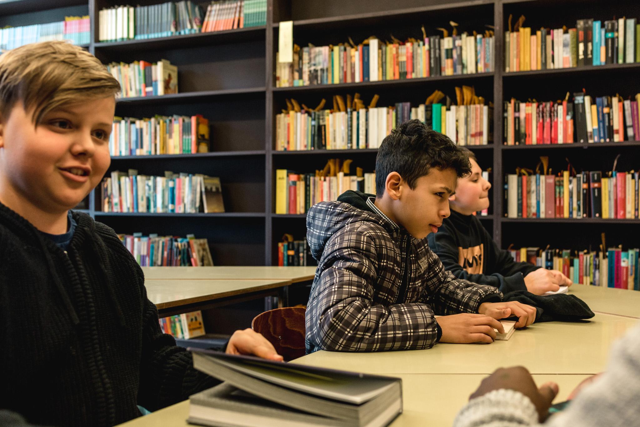 Leerlingen praten over boeken in hun schoolbib